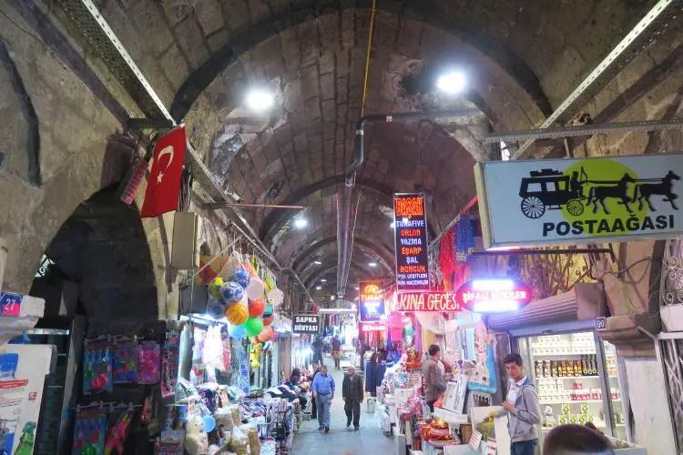 Das Innere des Gedeckten Basar in Kayseri mit den Verkaufsständen.