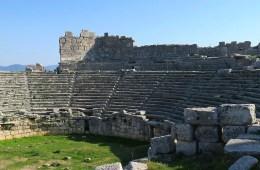 Die Sitzreihen und der Bühnenraum des römischen Theaters in den Ruinen von Xanthos.