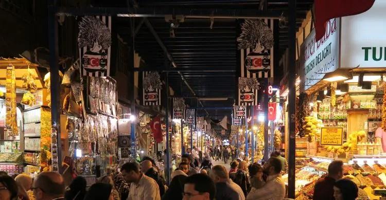 Der Agyptische Basar ist voller Stände und Läden die Essen und Street Food aus Istanbul verkaufen.