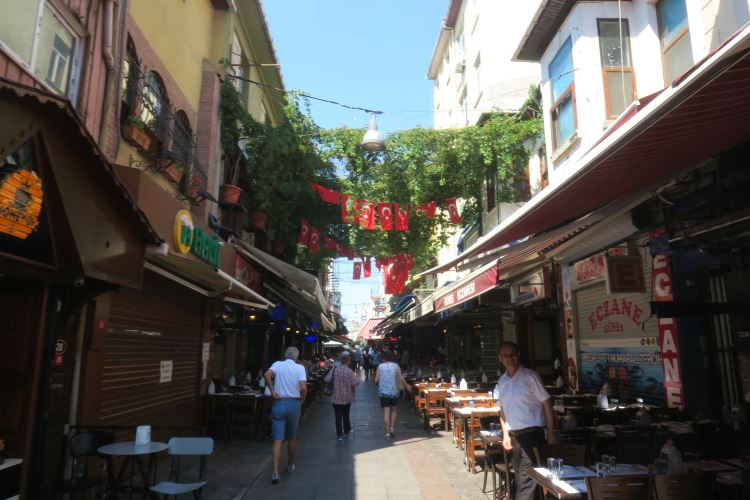 Das Halil Lahmacun Restaurant steht in einer schmalen Gasse in Istanbul Kadiköy mit anderen Länden die Street Food anbieten.