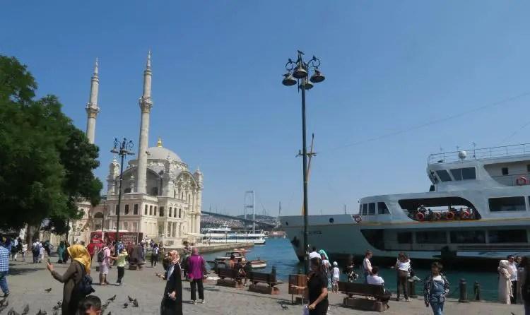 Die Ortaköy Moschee mit dem Bosporus, Tauben und der Bosporusbrücke im Hintergrund.