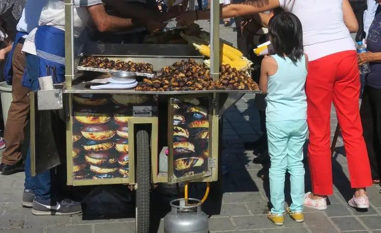 Ein Verkaufsstand mit Kastani in Istanbul mit Kunden.