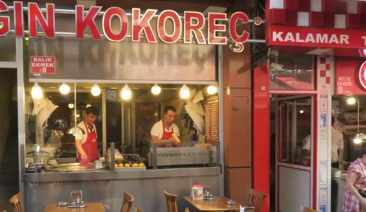 Der Straßenverkaufsstand eines Ladenes der Kokorec in Istanbul verkauft.