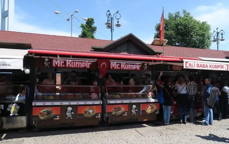 Stände in Istanbuls Stadtviertel Ortaköy in denen man Kumpir und anderes Street Food kaufen kann.