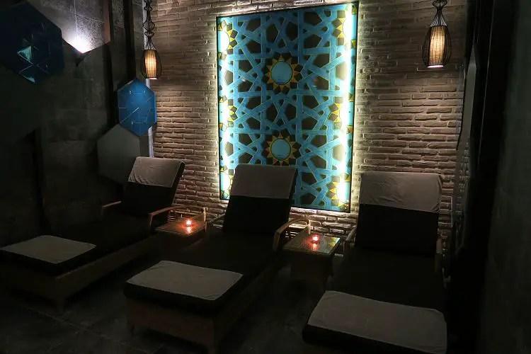 Die Liegestühle im abgedunkelten Licht des Sunprime C Lounge Hotels.