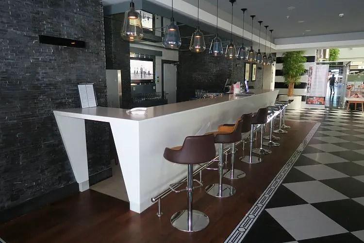 Lange Bar in der Lobby des Hotels.