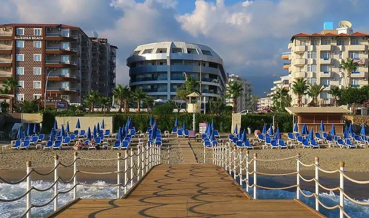 Blick vom Steg am Meer auf des Sunprime C Lounge Hotel in Alanya.