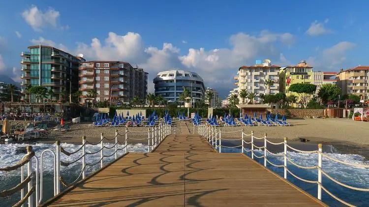 Einige Hotels am Orange Beach in Alanya-Oba, gesehen von einem Steg am Meer aus.