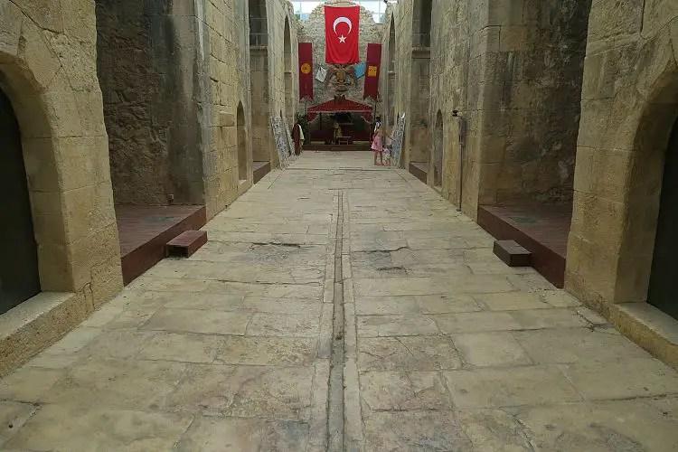 Halle nach dem Eingang der Karawanserei.