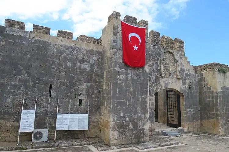 Der Eingang der Festungsartig gebauten Alara Karawanserei.