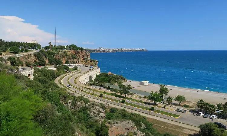 Die vierspurige Straße führt vom Konyaalti Strand auf die nahen Klippen und weiter in die Innenstadt von Antalya.