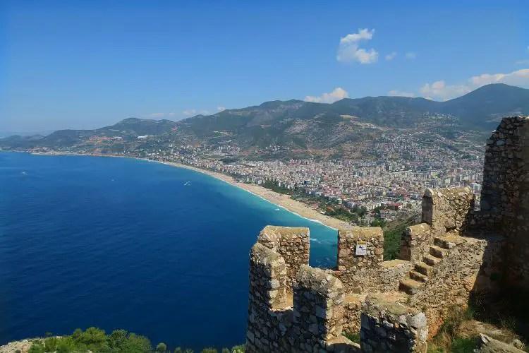 Der Blick von den Mauern der Festung Ic Kale auf der Spitze des Burgberges von Alanya auf das Meer, den Kleopatrastrand und die westliche Innenstadt.