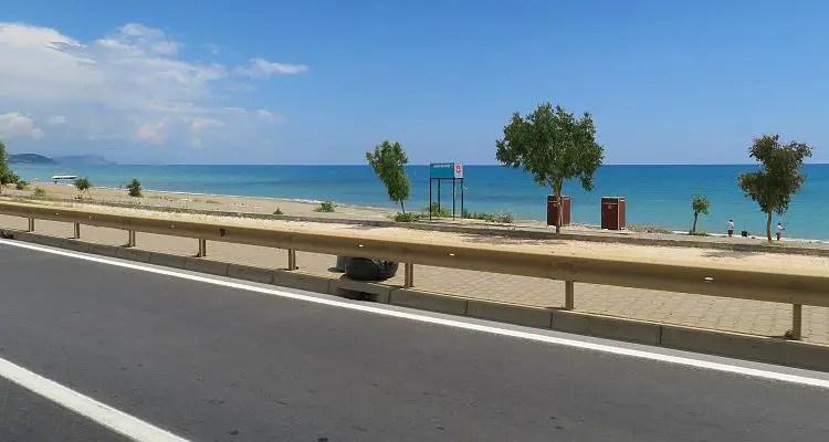Der Blick aus dem Fenster eines fahrenden Mietwagen auf die D400 Schnellstraße und den Strand in Konakli, kurz vor Alanya.
