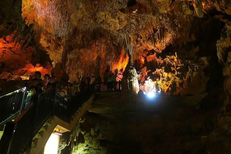 Die Damlatas-Tropfsteinhöhle ist mehrere Meter hoch. Eine Stiege führt vom oberen Teil der Höhle in den unteren.