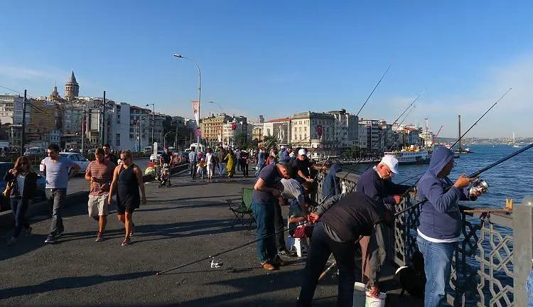 Einwohner von Istanbul stehen mit Angelruten an der Galatabrücke.