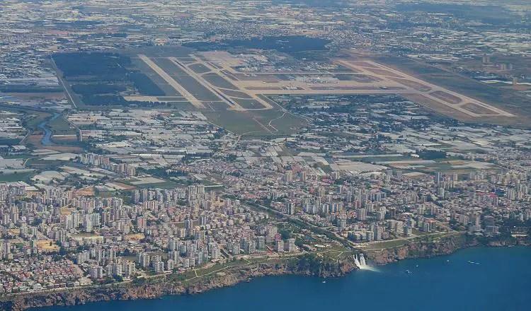 Der Blick aus dem Flugzeug auf die Lande- und Startbahnen des Flughafens in Antalya.
