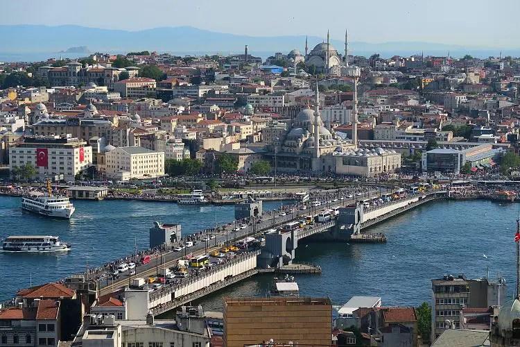 Der Blick vom Galataturm auf die Galatabrücke und das Goldene Horn in Istanbul.