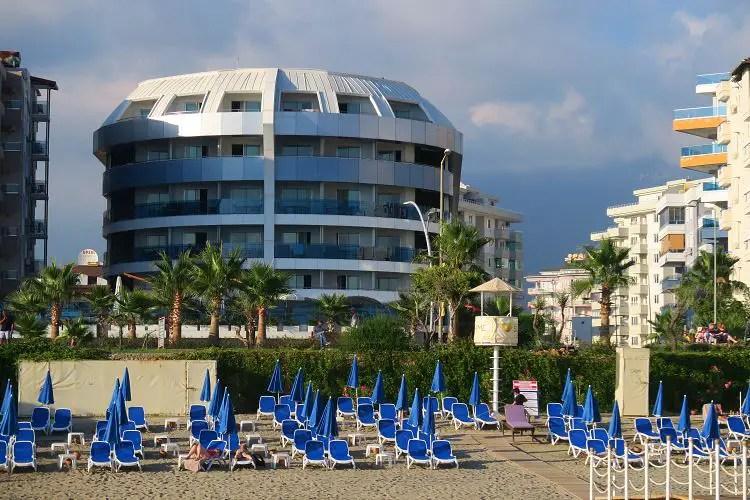 Das Hotel Sunprime C-Lounge zusammne mit dem Orange Beach Sandstrand im Stadtteil Tosmur in Alanya.