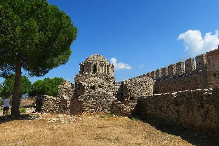 Die Ruinen einer byzantinischen Kirche stehen auf dem Burgberg von Alanya in der Türkei.
