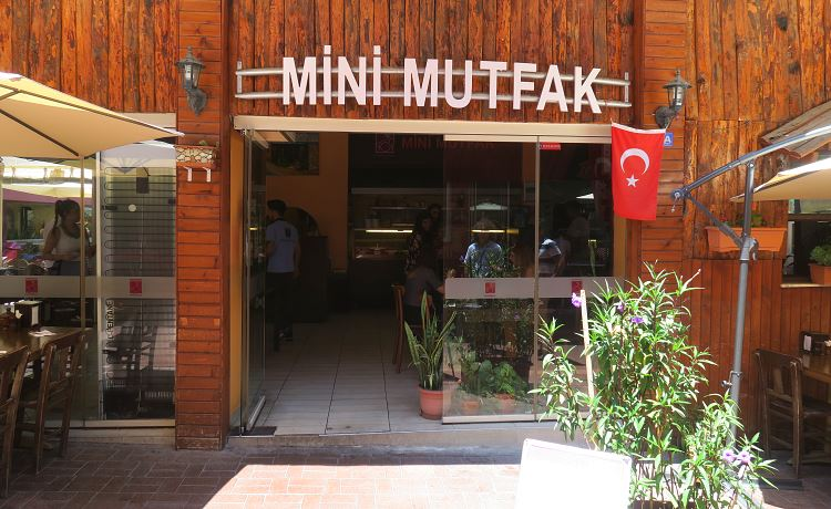 Der Eingang des Mini Mutfak Restaurants, der Name steht in einer großen Schrift oberhalb der Türe.