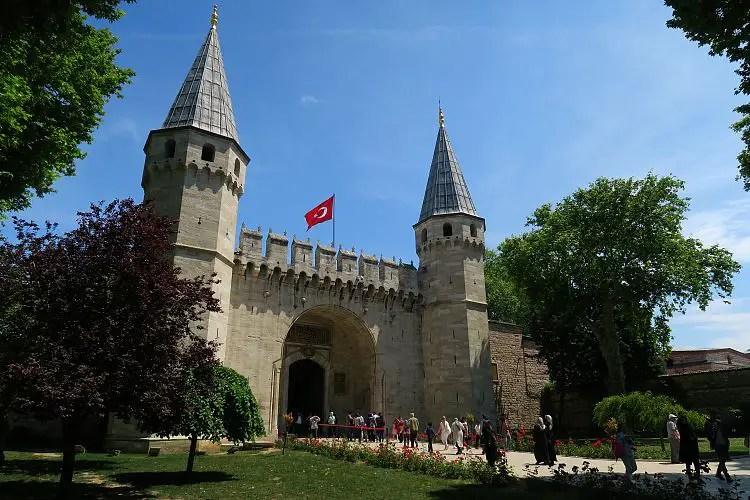 Die beiden Türme am Eingangstor des Palasts.