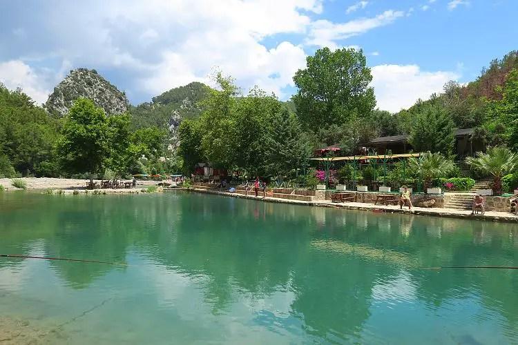 Der Blick auf den Teich, das Restaurant und die Alara Burg im Hintergrund.