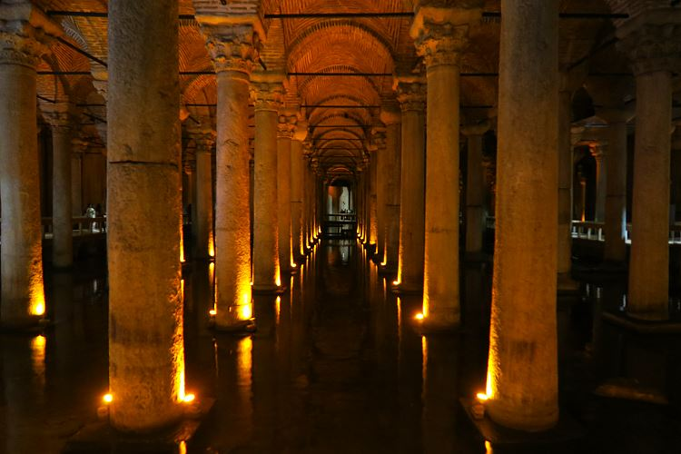 Die Säulen der Cisterna Basilika in Istanbul, Türkei.