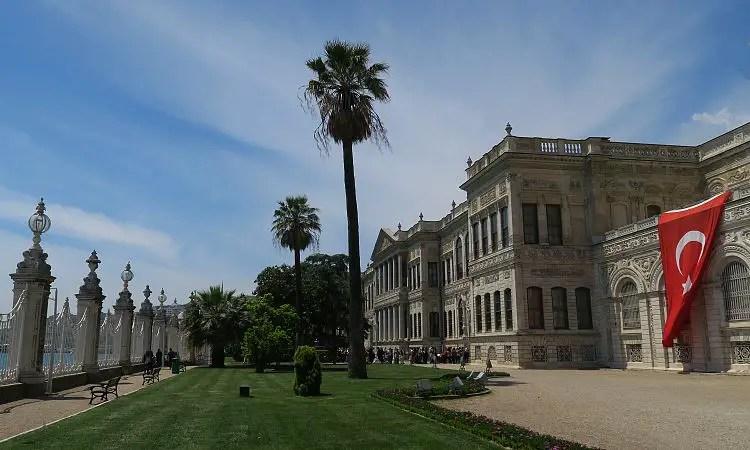 Der Garten am Bosporus im Dolmabahce Palast in Istanbul, Türkei