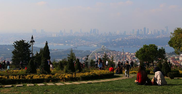Ausblick auf den Bosporus, die Bosporusbrücke und die europäische Seite von Istanbul.