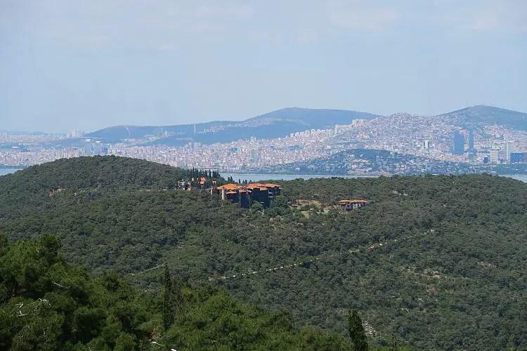 Aussicht vom Kloster auf Büyükada auf Istanbul und das Marmarameer.