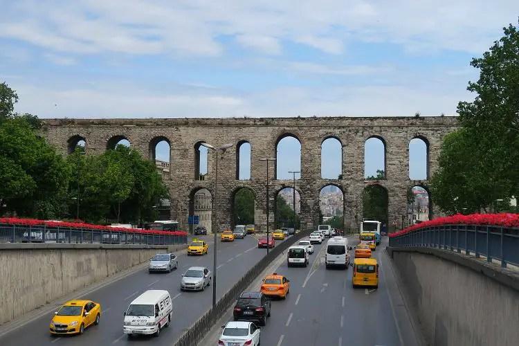 Das Valens Aquädukt führt über eine breite Straße.
