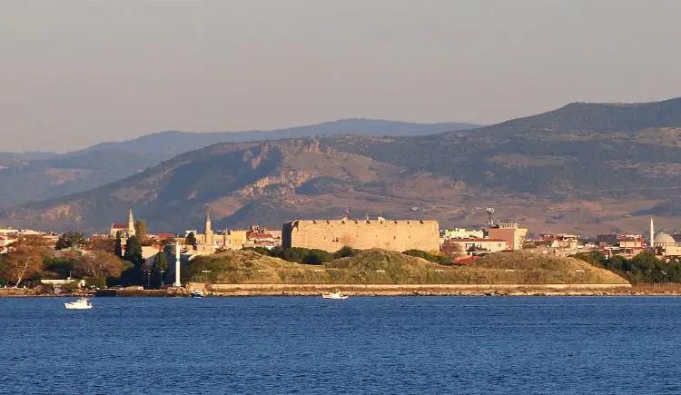 Festung am Dardanellen Ufer von Canakkale mit Bergen im Hintergrund