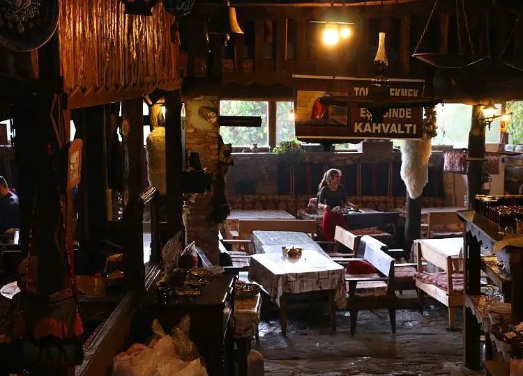 Lokal mit rustikaler Holzeinrichtung