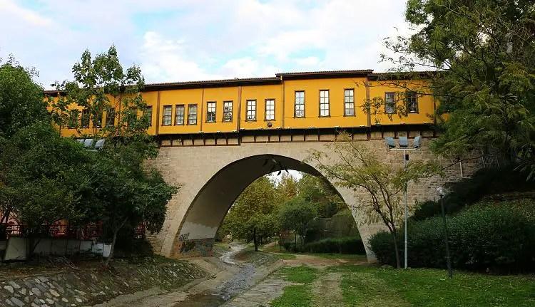 Gelbe Brücke mit Geschäften
