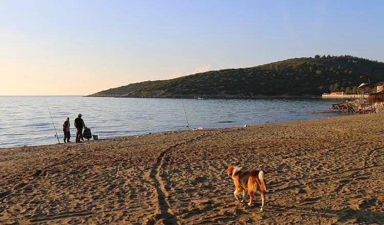 Sandstrand mit Fischern bei Sonnenuntergang