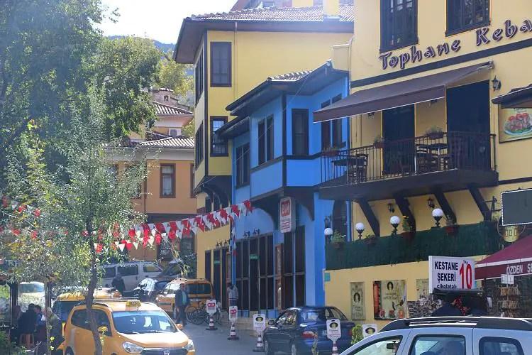 Bunte Holzhäuser in Blau und Gelb