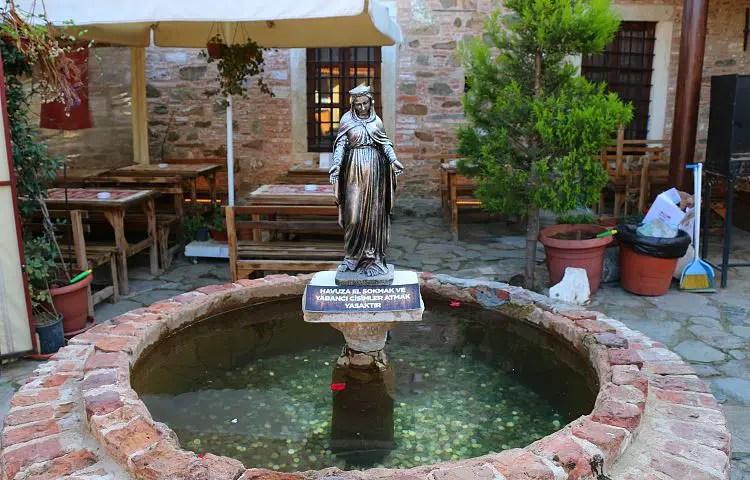 Marienstatue und Wunschbrunnen auf einem kleinen Platz