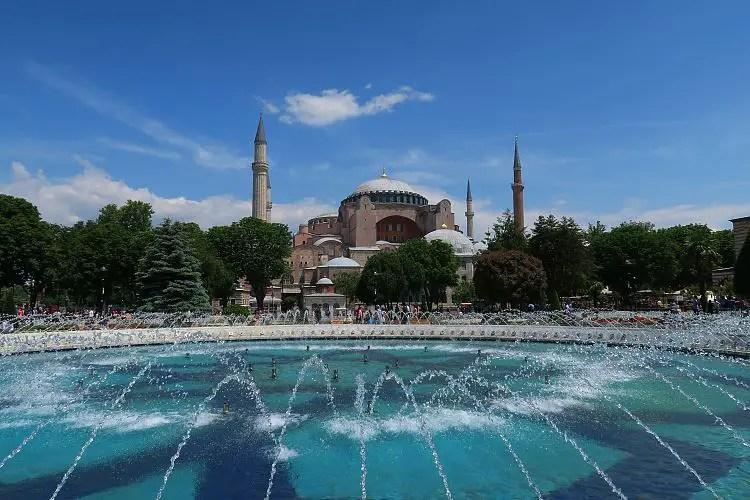 Sonniges Wetter vor der Hagia Sophia in Istanbul.