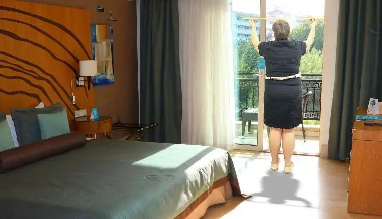 Heidi beim Vermessen einer Balkontüre