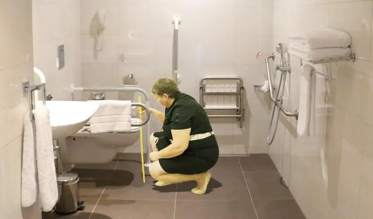 Heidi beim Vermessen eines Badezimmers eines barrierefreien Hotels