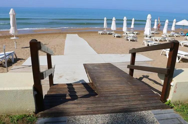 Die Rampe zum Strand des Barut Acanthus & Cennet Hotel in Side, Türkei.