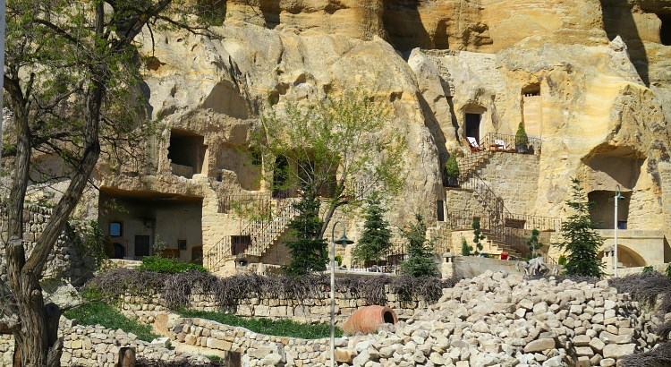 Eingang einer Höhlenwohnung und eines Hotels