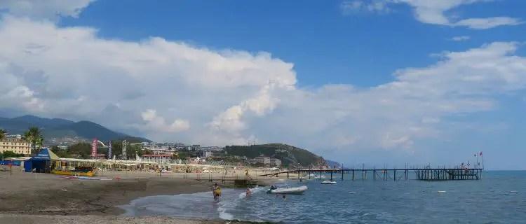 Strand und Meer mit Badegästen