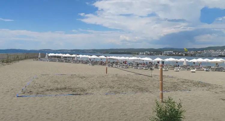 Sandstrand und Volleyballplatz am Gold Island Hotel
