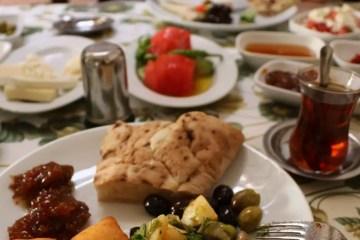 Typischen Zutaten eines türkischen Frühstücks, serviert in kleinen Schalen mit Oliven, Marmelade, Menemen, Aufstrichen und vielen mehr.