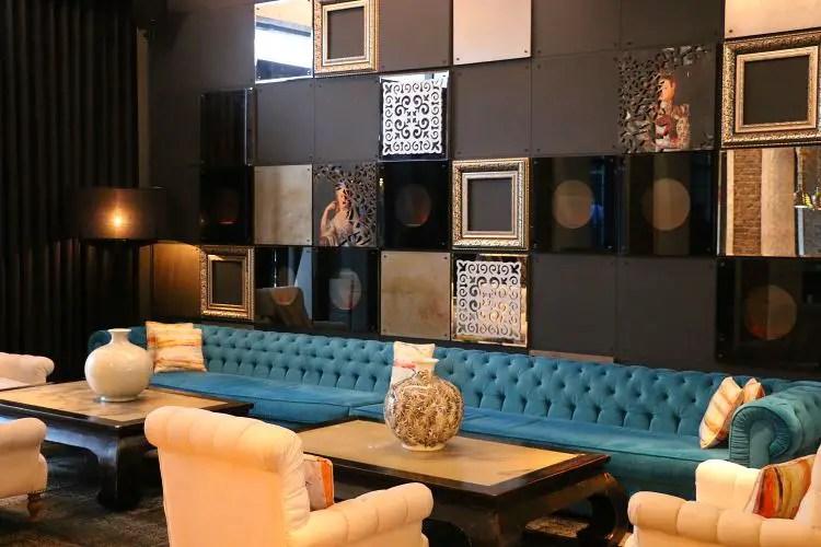 Couch und Couchtische im Hotel