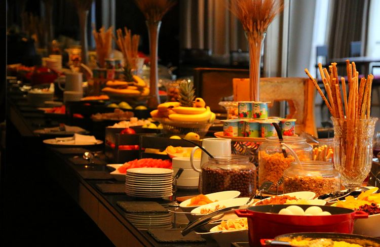 Frühstücksbuffet auf einem Tisch