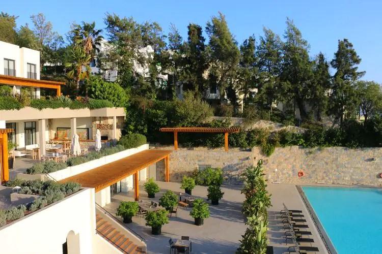 Haupthaus mit einem Teil des Pool