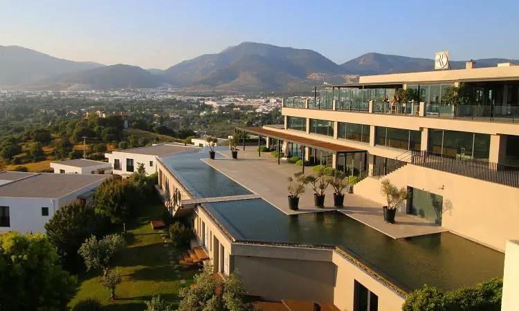 Restaurant und Meetingräume im Ramada Resort Bodrum mit Ausblick auf das darunterliegende Tal.
