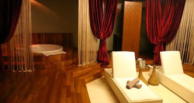 Privater Massageraum mit Jacuzzi, eigenem Hamam, Liegestühlen und zwei Massageliegen.